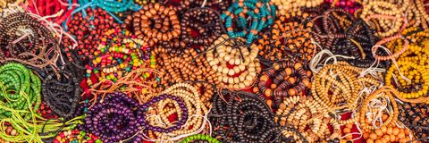 手工制造五颜六色的镯子在巴厘岛上,印度尼西亚一个地方市场横幅,长的格式 库存照片