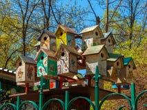 手工制造五颜六色的鸟舍 免版税库存照片