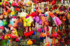 手工制造五颜六色的织品动物形状钥匙链 图库摄影