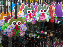 手工制造五颜六色的织品猫头鹰钥匙链 免版税库存图片