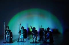 手工制造军团战士骑士纪念品微型的小雕象,曲拱轻的黑暗的背景,战士为男孩戏弄并且供以人员 免版税库存图片