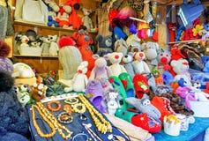 手工制造动物玩具和辅助部件在里加圣诞节marke期间 库存图片