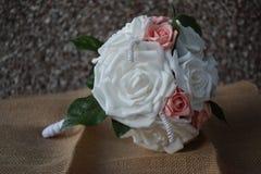 手工制造和被栓的诗句是相当紧紧被形成的花束,为喜欢与最小的忙乱的简单的现代设计的新娘完善 免版税库存照片