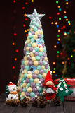 手工制造圣诞树关闭作为背景 库存图片