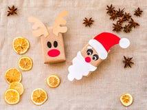 手工制造圣诞老人和鹿当前包裹从被回收的纸 生态圣诞节 免版税库存照片