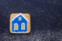 手工制造圣诞节曲奇饼在晚上喜欢有雪的一个房子 免版税库存图片