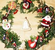 手工制造圣诞节装饰品在与玩具,蜡烛,冷杉,丝带木纸葡萄酒的混乱环绕了 免版税库存图片