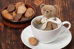 手工制造在杯的熊软的玩具 传统女用连杉衬裤 免版税库存图片