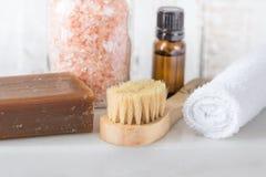 手工制造在白色大理石背景的煤焦油肥皂桃红色喜马拉雅盐精油毛巾刷子 温泉健康放松身体关心 库存照片