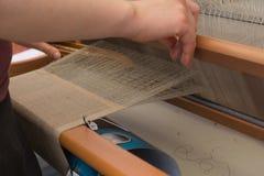 手工制造在织布机-特写镜头 免版税库存照片