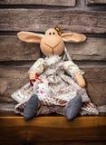 手工制造复活节textil绵羊用在木基地的被绘的鸡蛋 库存照片