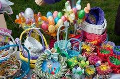 手工制造大量五颜六色的复活节彩蛋和木的篮子 免版税库存图片