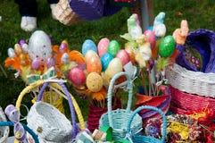 手工制造大量五颜六色的复活节彩蛋和木的篮子 免版税库存照片
