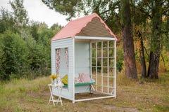 手工制造小木房子 背景装饰详细资料高雅花邀请丝带婚礼 库存照片