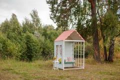 手工制造小木房子 背景装饰详细资料高雅花邀请丝带婚礼 库存图片