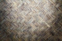 从手工制造工艺篮子的竹织法木头与肮脏的真菌或模子 库存图片
