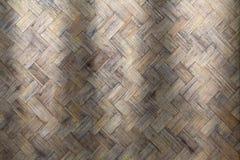 从手工制造工艺篮子的竹织法木头与肮脏的真菌或模子 库存照片