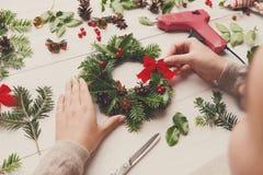 手工制造工艺花圈,圣诞节装饰,装饰品,丝带 图库摄影