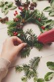 手工制造工艺花圈 做圣诞节装饰,装饰品,丝带 免版税库存照片