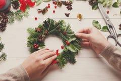 手工制造工艺花圈 做圣诞节装饰,装饰品,丝带 免版税库存图片
