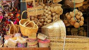 手工制造工艺-被编织的sraw袋子和篮子,柳条婴孩床,纪念品,厄瓜多尔 库存照片