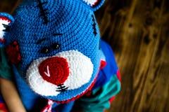 手工制造帽子玩具熊的男孩 库存图片