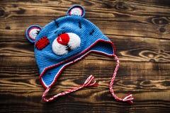 手工制造帽子玩具熊 免版税库存照片