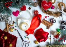 手工制造情人节、的圣诞节或婚礼装饰 油漆和diy工具在白色木头 顶视图 图库摄影