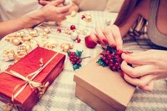 手工制造新年装饰提出在一起做的爱的夫妇 免版税图库摄影