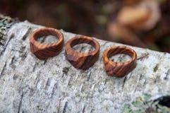 手工制造木圆环的珠宝 库存图片