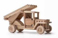手工制造木在与许多的白色隔绝的玩具军用卡车消息的空的空间 库存图片