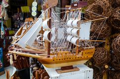 手工制造木caravel卖了在一个工艺品市场在巴伊亚在巴西 免版税库存照片