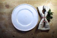 手工制造板材和偶然土气装饰晚餐餐位餐具秋天的 库存照片