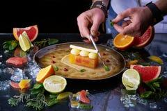 手工制造柑橘馅饼用厨师的手 免版税库存图片