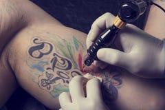 手工制造查出的设备纹身花刺使用的白色 免版税库存图片