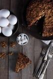 手工制造核桃蛋糕和叉子在木背景 免版税库存图片