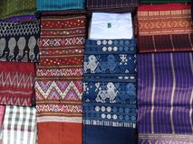 手工制造棉花和丝绸材料在露天市场,琅勃拉邦,老挝上 库存图片