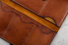 手工制造棕色皮革倒空开放钱包 库存照片
