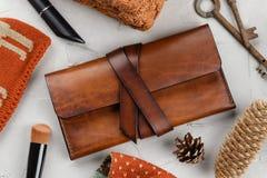 手工制造棕色皮革钱包顶视图  免版税库存图片