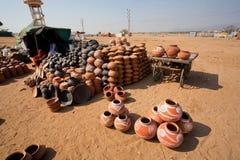 手工制造泥罐待售在印地安村庄 免版税图库摄影