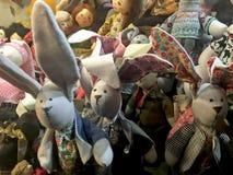 手工制造玩偶兔子在商店窗口里 免版税库存图片