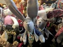 手工制造玩偶兔子在商店窗口里 免版税库存照片