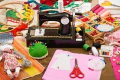 手工制造玩偶和衣物样式,缝合的辅助部件顶视图,裁缝工作场所,许多为针线,刺绣反对和 图库摄影