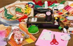 手工制造玩偶和衣物样式,缝合的辅助部件顶视图,裁缝工作场所,许多为针线,刺绣反对和 免版税库存图片