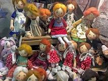 手工制造玩偶女孩在商店窗口里 免版税库存照片