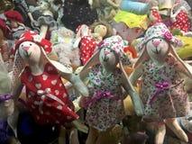 手工制造玩偶女孩在商店窗口里 免版税图库摄影
