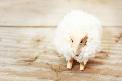 手工制造玩具绵羊织品 库存照片