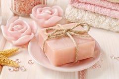 手工制造玫瑰色肥皂酒吧  库存照片