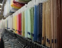 手工制造的不同的材料在商店 免版税库存照片