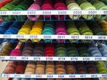 手工制造的不同颜色螺纹 免版税库存图片
